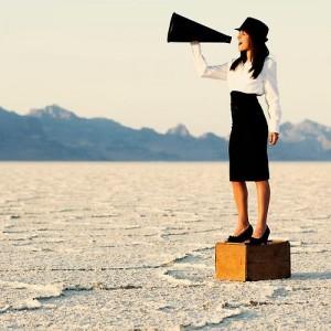 Pourquoi créer un espace presse en ligne ? femme communication haut parleur 300x300